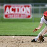 ハーフバウンドを捕球する野手