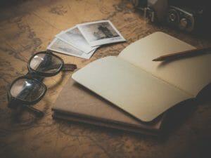 レトロ調のデスクとノート