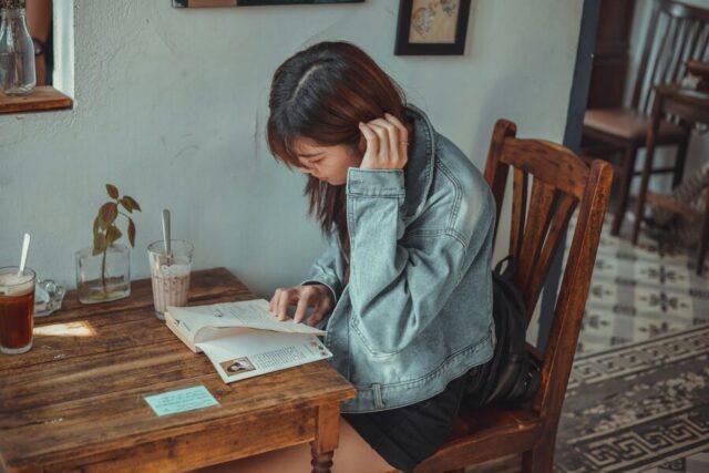 カフェで読書する女性