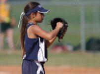 ソフトボールのピッチャーを務める少女