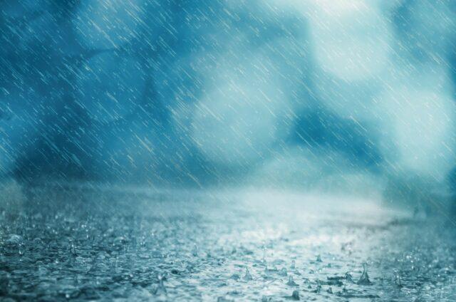 道路に雨が打ちつけている様子
