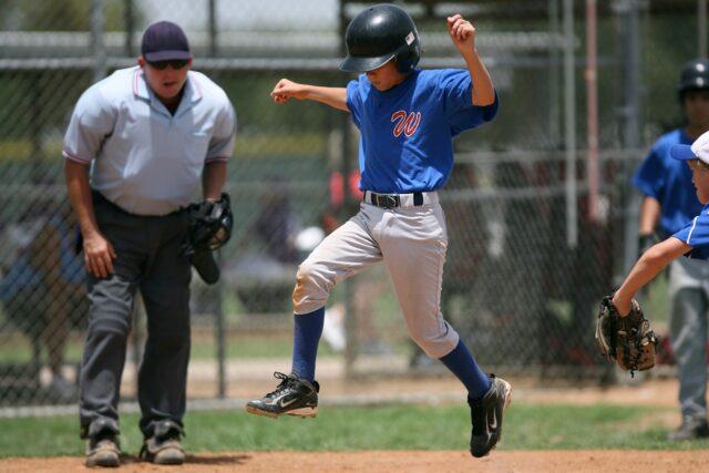 野球でランナーがホームインして得点する場面